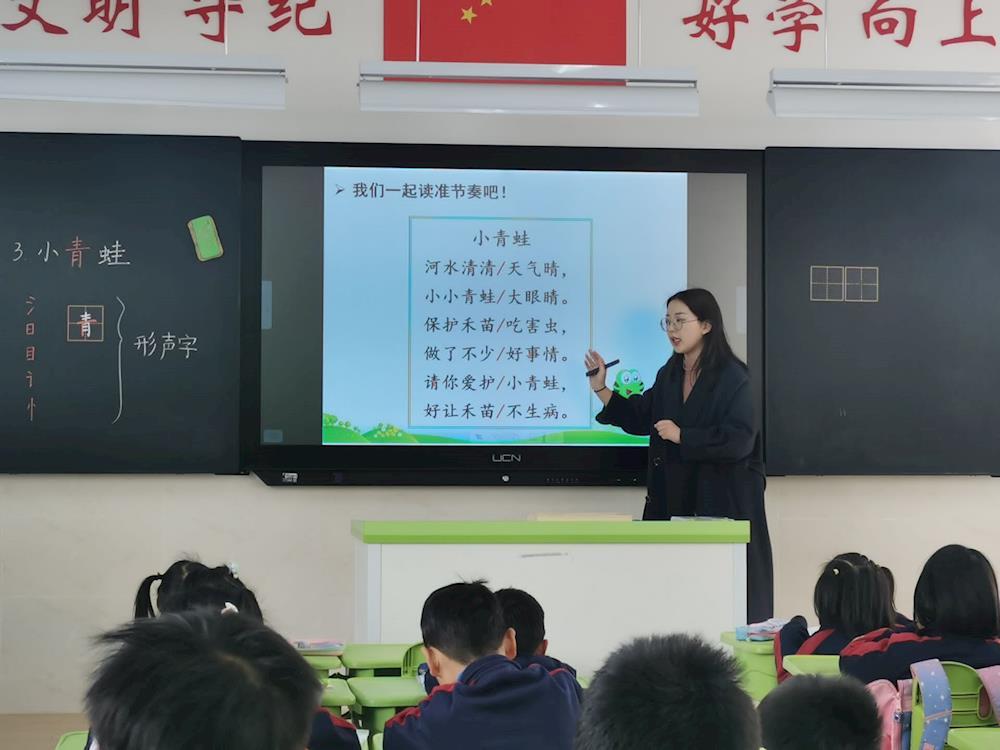 展课堂风采 助力教师成长 ——  高新区教研员对我校新教师进行指导培训活动